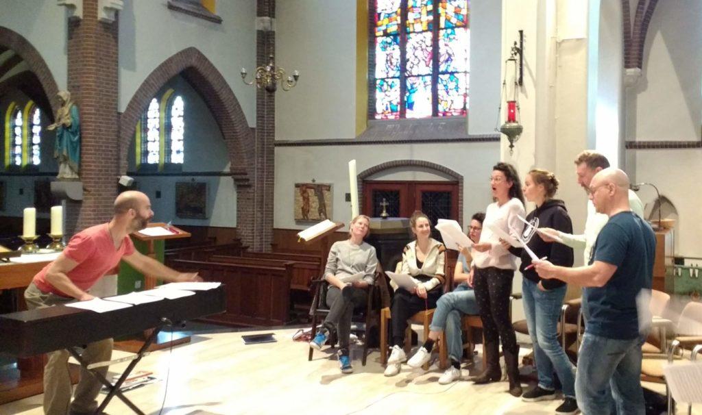 Koor De Stemming repeteert in de kerk van Broekland